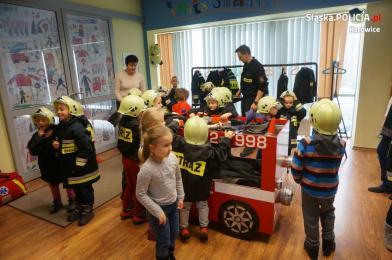 Policjantka wraz z przedszkolakami odwiedziła strażaków