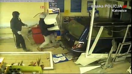 Sprawcy wjechali do sklepu taranując drzwi samochodem