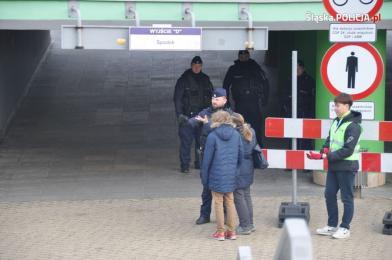 Policjanci pomagają delegatom przybyłym na COP24