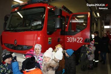 Policjantka z przedszkolakami odwiedziła strażaków