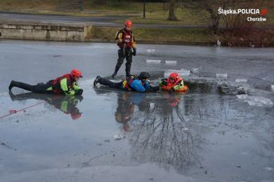 Zabawa na lodzie jest bardzo niebezpieczna! Policjanci i strażacy apelują o rozwagę