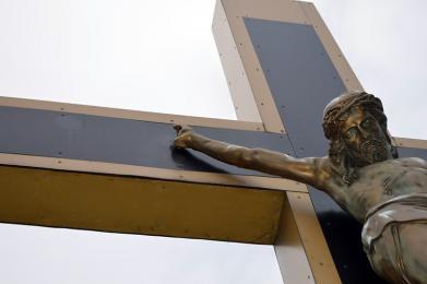 Policjanci ustalili sprawcę uszkodzenia figury Jezusa na Krzyżu w katowickiej Koszutce