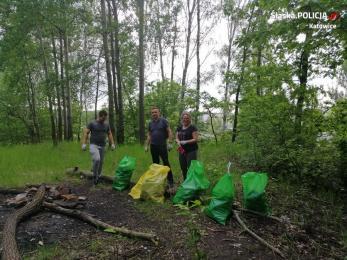 SprzątaMy Dzielnice - mieszkańcy Katowic z dzielnicowym sprzątali las