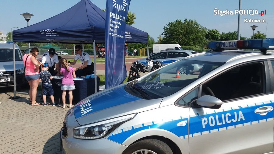 Policjanci z Katowic rozmawiają z mieszkańcami o bezpieczeństwie nad wodą