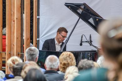 Pierwszy koncert w ramach Piano Tężnia za nami - tłum w Parku Zadole