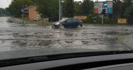 Uwaga kierowcy! Ulewy znów nad Śląskiem - ulice ponownie zamieniają się w strumienie