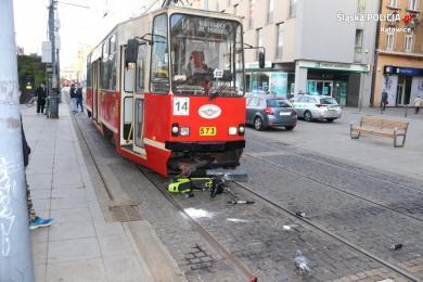77-latek na hulajnodze zderzył się z tramwajem. W stanie ciężkim trafił do szpitala