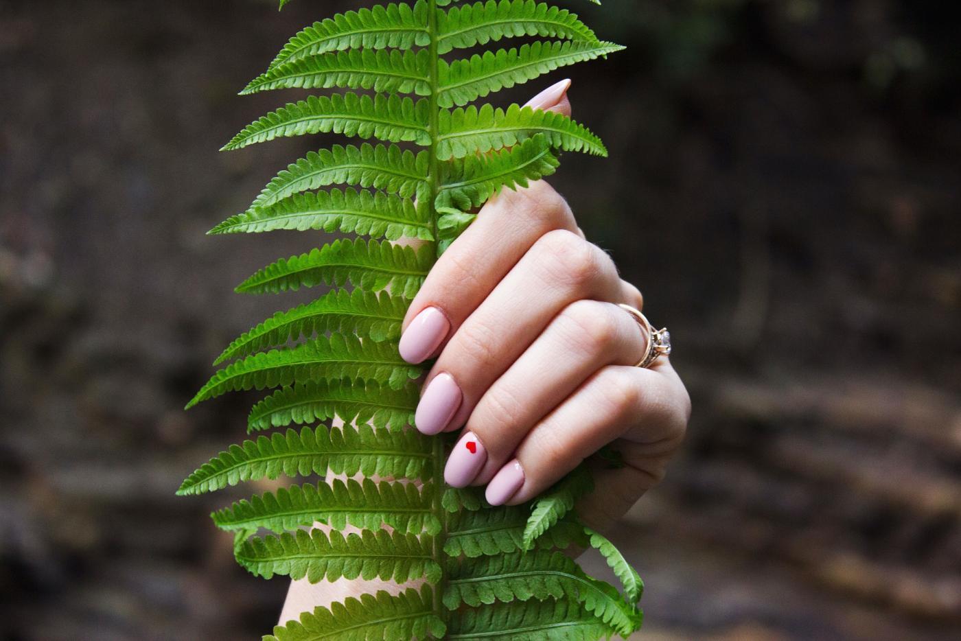 Rekonstrukcja paznokcia - na czym polega i kiedy warto po nią sięgnąć?