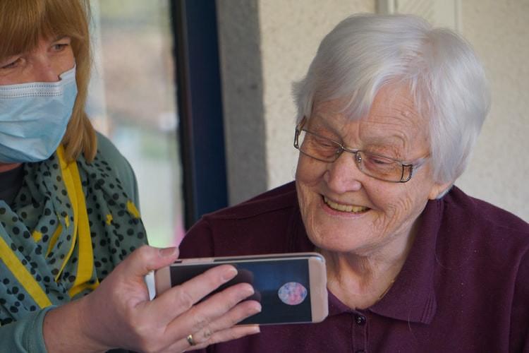Praca w opiece nad osobami starszymi - czym się charakteryzuje?