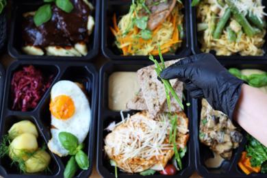 Zalety cateringu dietetycznego. Dlaczego warto zdecydować się na dietę pudełkową?